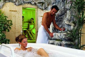 Whirlpool, Sauna, Massagen, Gesichtsanwendungen, Fußpflege, Solarium.........